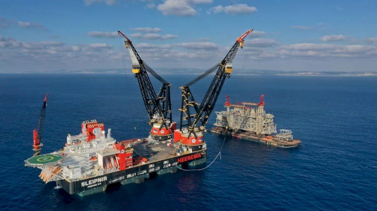 The largest crane vessel in the world will arrive in Rotterdam
