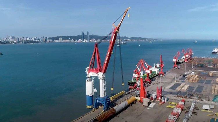 Huisman lifts first batch of monopiles with Skyhook crane