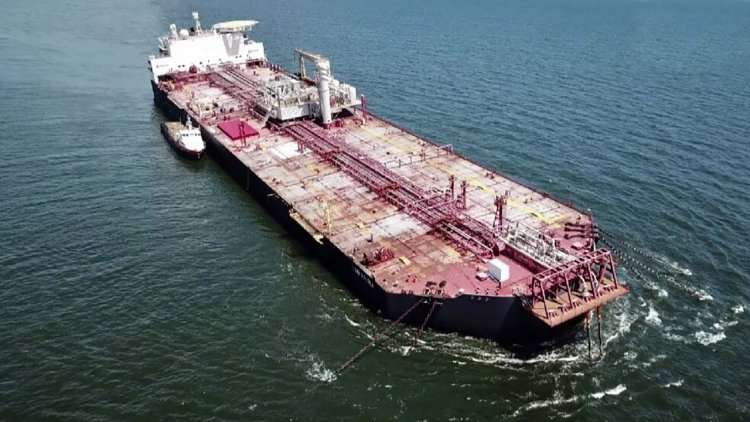 Tilting oil tanker threatens 'environmental catastrophe'
