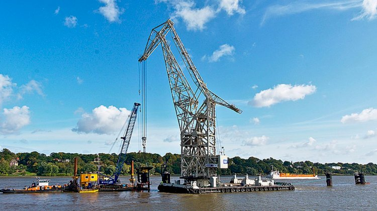 HHLA's floating cranes works on the river Elbe