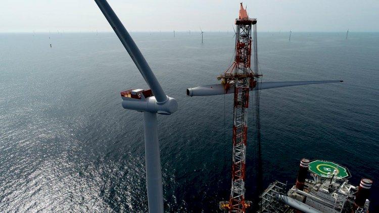 Final wind turbine installed on the offshore wind farm Hornsea 1